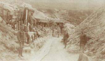 Első világhábprús K.u.K. katonák őrzik a fedezéket, csoportkép / WWI K.u.K. military trenches, soldiers guarding the entrenchment, group photo (EK)