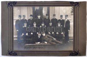 1918 Zágrábi pályaudvar vasutasai. Nagyméretű csoportkép. / Zagreb railway station large photo of the railway company workers. 34x21 cm
