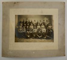 cca 1905 Nagyméretű katonai tablófotó, szecessziós dombornyomott karton kereten. 49x41 cm