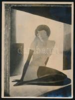 Aba-Novák Vilmos nőt ábrázoló festményéről készült fotó, 9x12 cm
