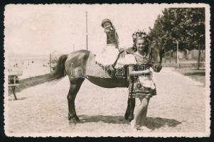 1935 Balatonboglár, Pónilovon a parton, fotólap Libschütz József fényképész műterméből, 9x13 cm