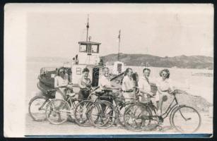 cca 1950-1960 Biciklivel a Balaton-parton, társaság a szántódi kompnál, fotólap, 9x14 cm