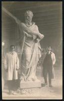1927 Szobrászok művükkel a Seenger Béla-féle kőfaragó műhelyben, hátoldalon feliratozott fotólap,