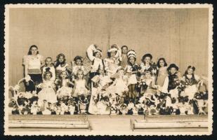 1937 Orosháza, Gyermek előadás szereplői, fotólap Tapasztó Andor fényképész műterméből, 9x14 cm