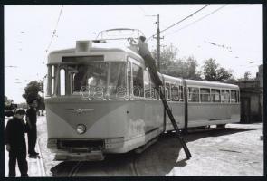 cca 1961-1983 Budapest, A Bengáli villamos áramszedőjének javítása, utólagos előhívás, 10x15 cm