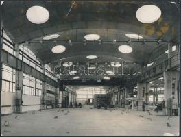 1970 Budapest-Csepel, A szerszámgépgyár üzemcsarnoka, hátoldalon feliratozva, szakadással, 18x24 cm