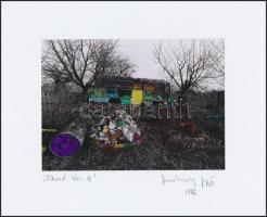 1986 Jankovszky György(1946-): Víkend ház VI, színezett fotó, feliratozva, aláírt, pecséttel jelzett, kartonra kasírozva, 12,5x16,5 cm