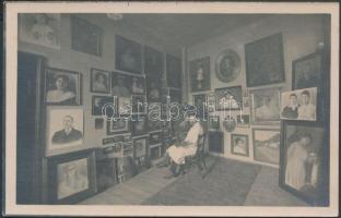 cca 1920 Braun Bernát festőművész aradi műterme. fotólap, hátoldalon a művész saját kézzel írt sorai, melyben fénykép után készült festményeit ajánlja
