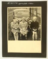 1940 Gyerekek automobil előtt, kartonra kasírozott, feliratozott fotó, 24x17 cm