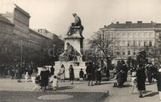 ~1930 Budapest VIII. Nemzet Múzeum, Múzeumkert, Arany János szobra, Kávéház a háttérben, photo