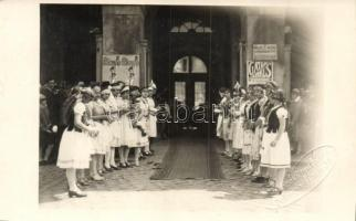 ~1930 Debrecen, Pártás lányok sorfala városi ünnepségen a Munkaközvetítő irodája előtt, Berzéki műterem photo