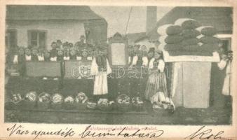Kalotaszeg, Tara Calatei; Lakodalom, a nászajándék bemutatása; / wedding, Transylvanian folklore (leragasztott alsó rész / glued lower part)