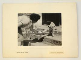 Ivándy Gyula: Na, igyál még egy kicsit, feliratozott, kartonra kasírozott fotó, 23,5x17 cm, karton: 39x29 cm