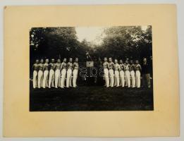 cca 1930 Tornászok csoportképe, fotó kartonra kasírozva, 16x23 cm, karton 26x33 cm