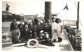 ~1930 MFTR Visegrád gőzös fedélzetén, csoportkép a hajó legénységével, pincérekkel, szakácsokkal / On board of SS Visegrád, crew group photo