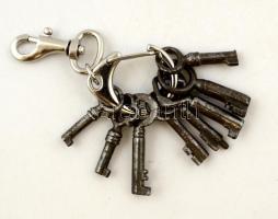 Mini kulcsok fém karikán, karbineres kulcstartón, 8 db