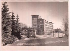 Tiszavölgyi József (1909-?) : Ikarusz buszok. Leica felvétel. Pecséttel jelzett fotó. 18x12 cm