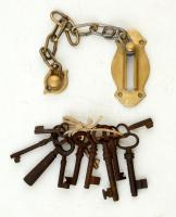 11 db régi kulcs, zár akasztóval, réz veret, összesen:13 db