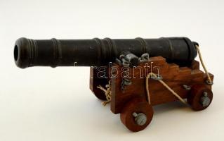 Fém ágyú modell, fa kerekes ágyútartón, h:25 cm, m:12 cm