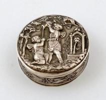 Ezüst (Ag.) gyógyszeres dobozka, figurális jelenettel, belül aranyozott, nettó:9 g, d:3 cm