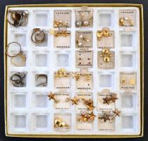 Vegyes bizsu tétel dobozban, apró aranyszínű fülbevalók, gyűrűk, 25 db
