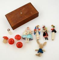 Fa doboz régi fa játék figurákkal, viasz gombákkal, stb, összesen:11 db