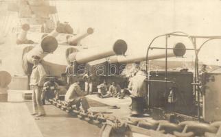 SMS Viribus Unitis, a K. u. K. Haditengerészet csatahajója, elülső fedélzet, matrózok / SMS Viribus Unitis Austro-Hungarian Navy Tegetthoff class battleship, forward deck, mariners (EK)