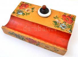 Népi motívumos fa asztali írószertartó(kalamáris), porcelán betéttel, jó állapotban, 9x14x2,5 cm
