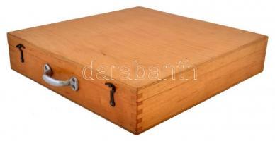 Diatartó fadoboz, benne 25 db diafilmtartó tokkal, 32x30x6 cm.