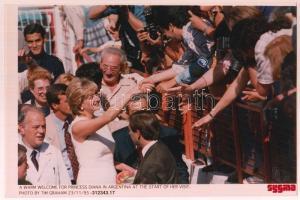 1995 Diana hercegnő Argentínában, feliratozott sajtófotó, 17x25 cm / Princess Diana in Argentina, pressphoto, 25x17 cm
