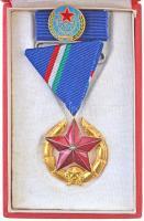 1951. Közbiztonsági Érem arany fokozata a rendőrség tagjai részére, Br kitüntetés mellszalagon, szalagsávval rajta BM Törzsgárda 15 jelvénnyel, eredeti tokban T:1-,2