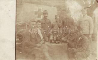Első világháborús magyar K.u.K. katonák isznak, pipáznak és kártyáznak egy asztalnál / WWI K.u.K. Hungarian soldiers playing card game by a table, alcohol, pipe, photo (EK)