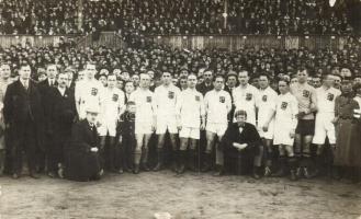 1921 Budapest IX. Ferencváros, Üllői-úti sporttelep; Budapest-Berlin futballmérkőzés, a magyar csapat csoportképe a stadionban / Hungarian futball team, group photo (kis szakadás / small tear)