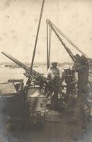 Első világháborús löveg felszerelése egy osztrák-magyar hadihajóra, haditengerészek / WWI K.u.K. Kriegsmarine, Austro-Hungarian Navy, mariners deploying a cannon, battleship, Verlag Stephan Vlach