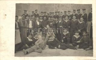 SMS Erzhezog Karl tengerészei palesztinokkal a betlehem-i Születés temploma előtt / K.u.K. Kriegsmarine, Mariners of SMS Erzhezog Karl with Palestinian men in fron of the Church of the Nativity, group photo