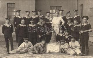 Budapest III. Óbuda, Tengerészeti különítmény csoportképe Zur Erinnerung an den letzten Stockfisch 1908-1912 / K.u.K. Navy mariners, Knöpfler Gyula photo (fl)