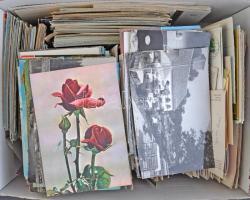 1 doboznyi MODERN képeslap: magyar és külföldi városképes képeslapok és motívumlapok / 1 box of MODERN postcards: Hungarian and European townview postcards and motive cards
