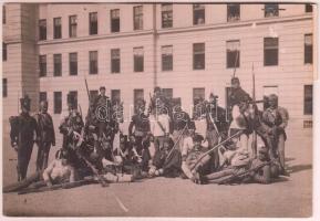1914 A nagyváradi 16. gyalogsági ezred 375 éves fennállási ünnepsége, az ezred használt egyenruhái. Korabeli sajtófotó, hozzátűzött szöveggel 16x11 cm