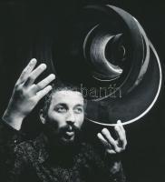cca 1975 Vincze János (1922-1998): Hókusz-pókusz, feliratozott vintage fotóművészeti alkotás, 20x18 cm