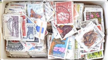 Dánia 1927-2003 Kb. 3000 db főleg képes bélyeg teás dobozban ömlesztve