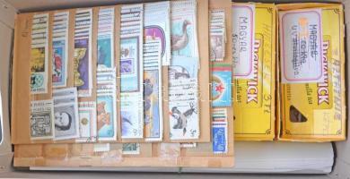 Kis hagyaték dobozban, benne sorok, blokkok, félbündlik stb.