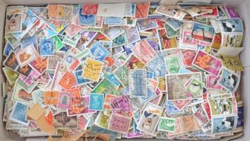~4.200 db külföldi bélyeg cipős dobozban