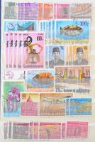 Indonézia 1948-2001 770 db bélyeg sorokkal, összefüggésekkel, 1 blokk és 1 levél 10 lapos közepes berakóban (Mi EUR 550,-)