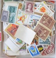 ~1.048 db magyar postatiszta bélyeg, közte teljes sorok, jó értékek bonbonos dobozban