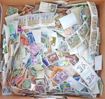 Több ezer vegyes külföldi képes bélyeg süteményes dobozban