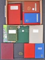 17 db zseb berakó, bennük sokféle vegyes (magyar és külföldi), gyűjtemény maradványok főleg régi bélyegek, dobozban