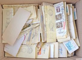 1955-1980 több ezer csomagszállító szelvény, olvasható bélyegzéssel, dobozban ömlesztve (kutatni való)