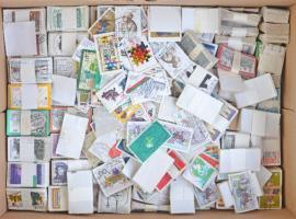Sok -sok ezer darab képes NSZK bélyeg kisebb-nagyobb kötegekben dobozban. / FR Germany many thousands of pictorial stamp in various bundles in a box