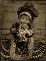 cca 1926 Kerny István (1879-1963): Mezőkövesdi kislány, pecséttel jelzett vintage fotóművészeti alkotás, sarkán törésvonal, 38x29 cm