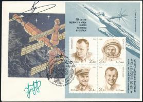 Anatolij Arcebarszkij (1956- ) és Szergej Krikaljov (1958- ) szovjet űrhajósok aláírásai emlékborítékon /  Signatures of Anatoliy Artsebarskiy (1956- ) and Sergei Krikalyov (1958- ) Soviet astronauts on envelope